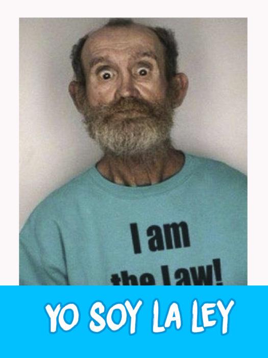 """anciano con una camiseta que dice """"yo soy la ley"""""""