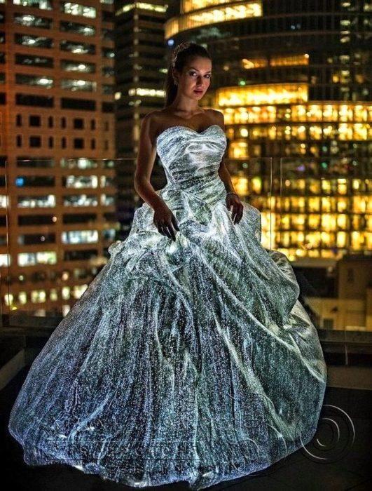 mujer porta vestido de tela hecha con fibra óptica