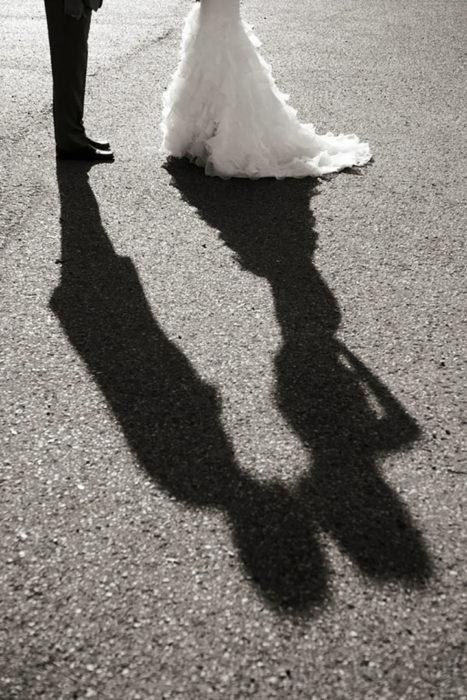foto de sombra de novios besándose