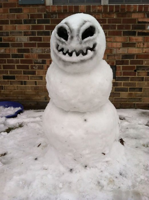 muñeco de nieve que parece alienígena