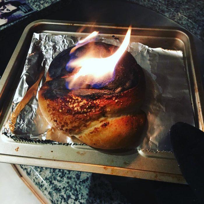 platillo de cocina en llamas