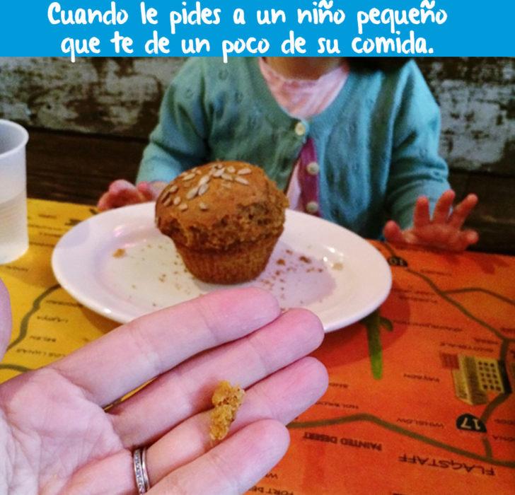 muffin y mano enfrente con un pedasito de muffin