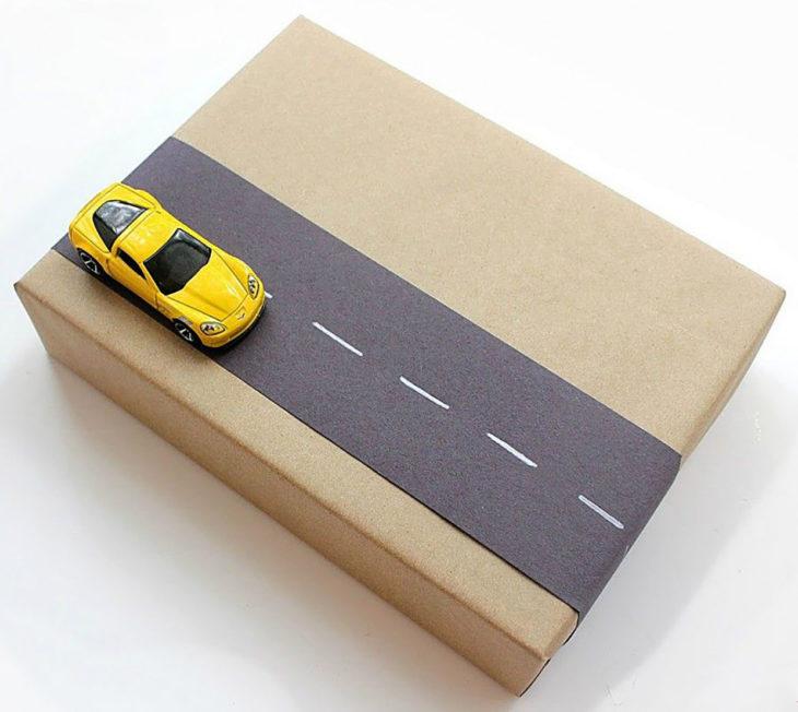 envoltura de regalo con carrito de juguete y carretera