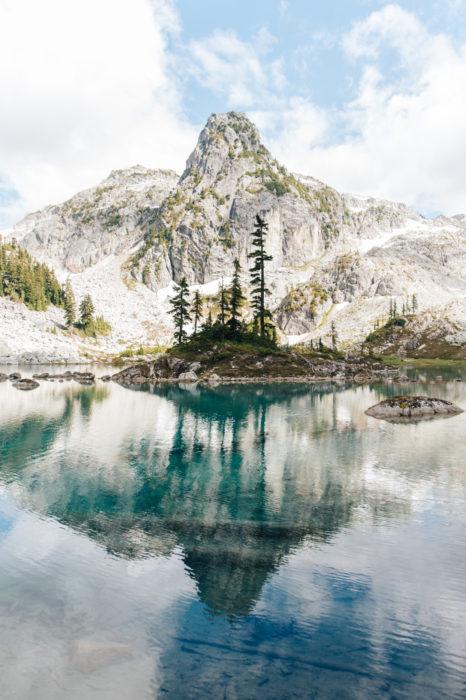 paisaje de montañas reflejado en el agua