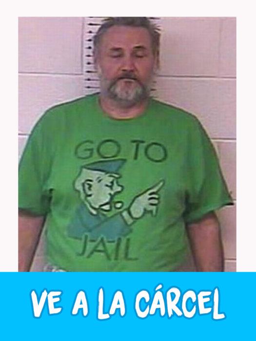 "hombre con camiseta verde que dice ""ve a la cárcel"""