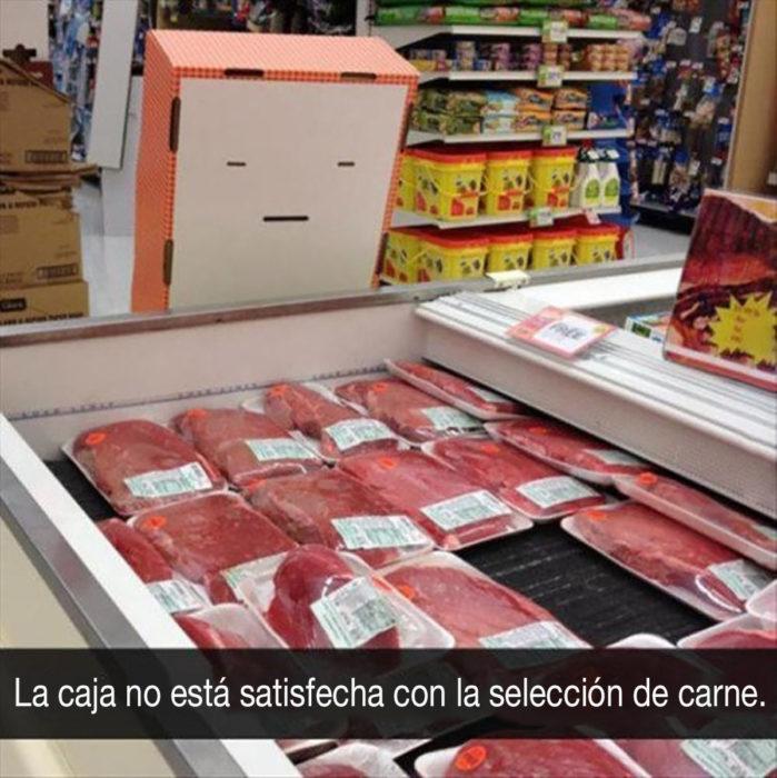 caja antropomórfica al lado de selección de carne en un mercado