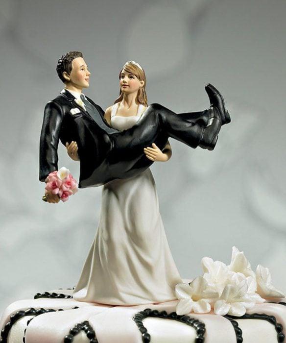 muñeco de pastel de boda la novia carga al novio