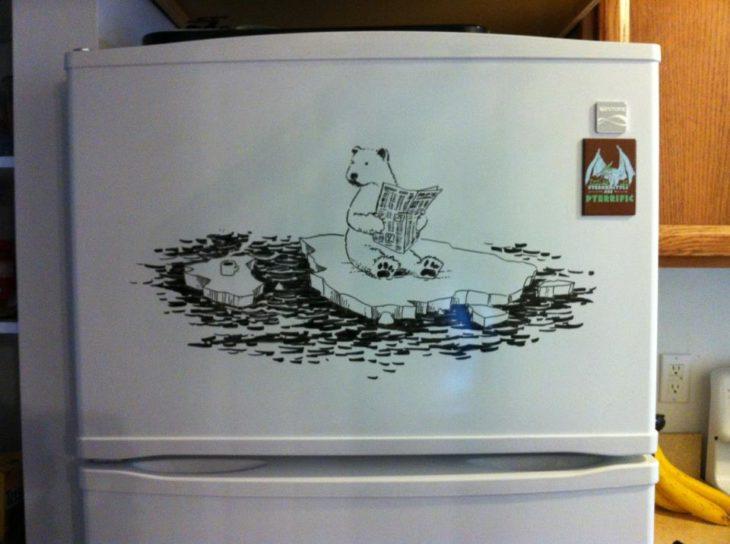 Un dibujo hecho con plumón seco en un refrigerador