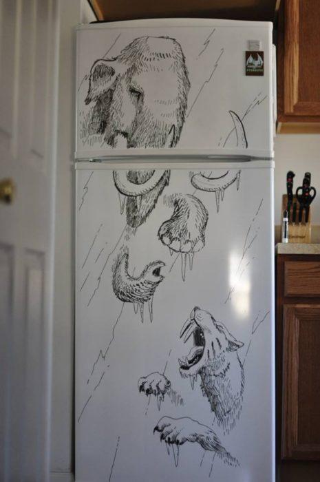dibujo hecho en la puerta de un refrigerador