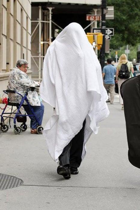 Alec Baldwin se esconde bajo una manta de los paparazzi