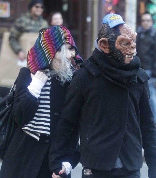 Ahley Simpson y Pete Wentz se ponen máscaras para ocultarse de los paparazzi