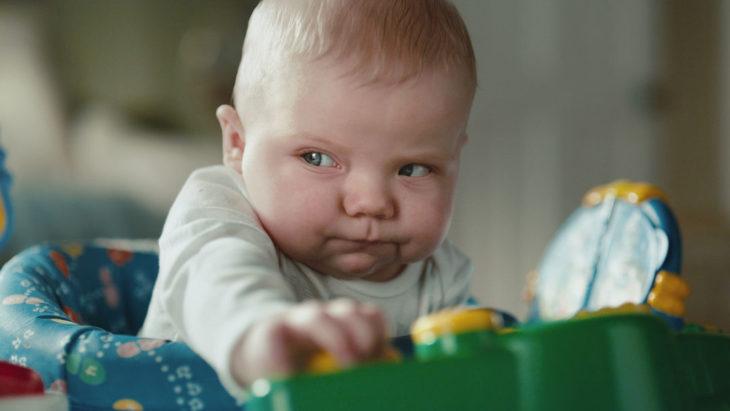 bebé concentrado mientras hace popó
