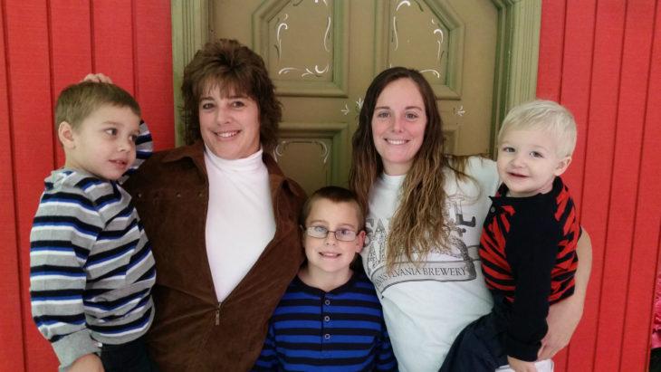 Katheryn Deprill y su mamá biológica y sus hijos