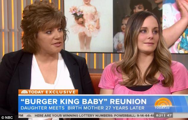 Reunión de mujer y su mamá biológica