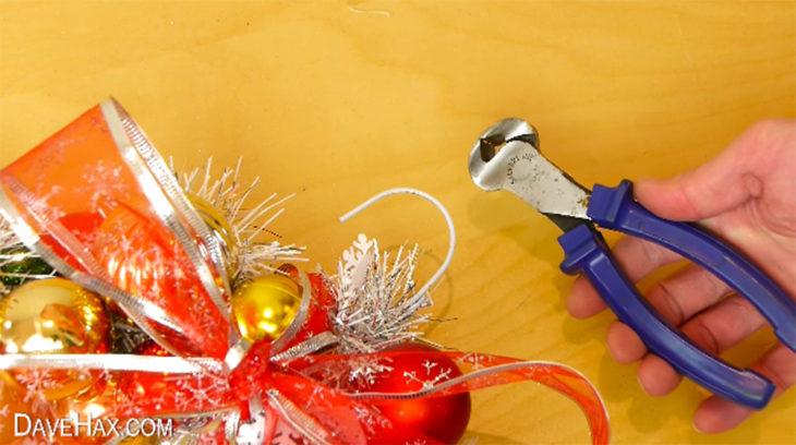 pinzas de metal y una esfera de navidad