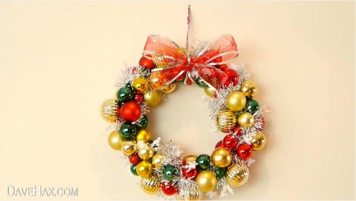 corona de navidad realizada con esferas