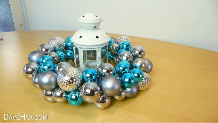 corona de navidad con esferas azules