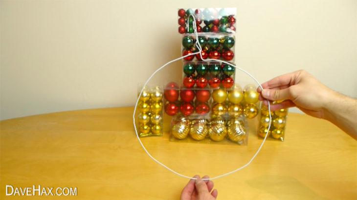 gancho deformado y esferas de navidad