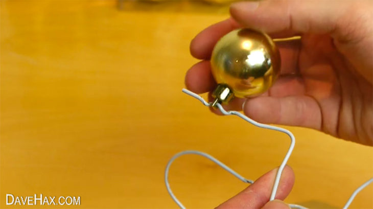 esfera de navidad en un gancho de ropa