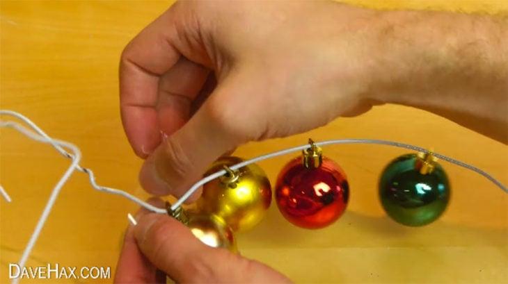 esferas de navidad en un gancho