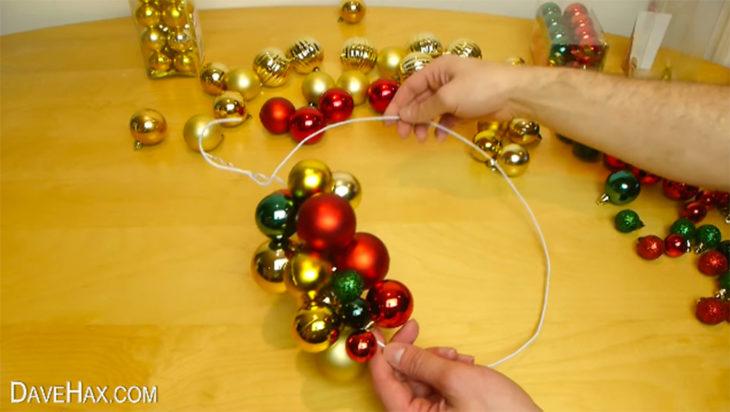 esferas de navidad en gancho de metal