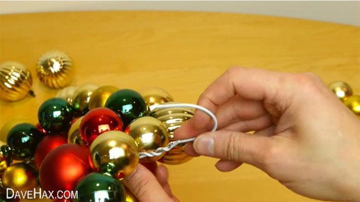 esferas y gancho de metal