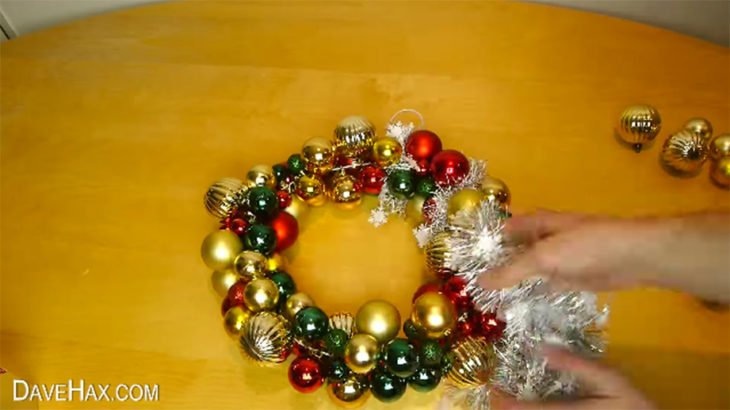corona de navidad hecha con esferas