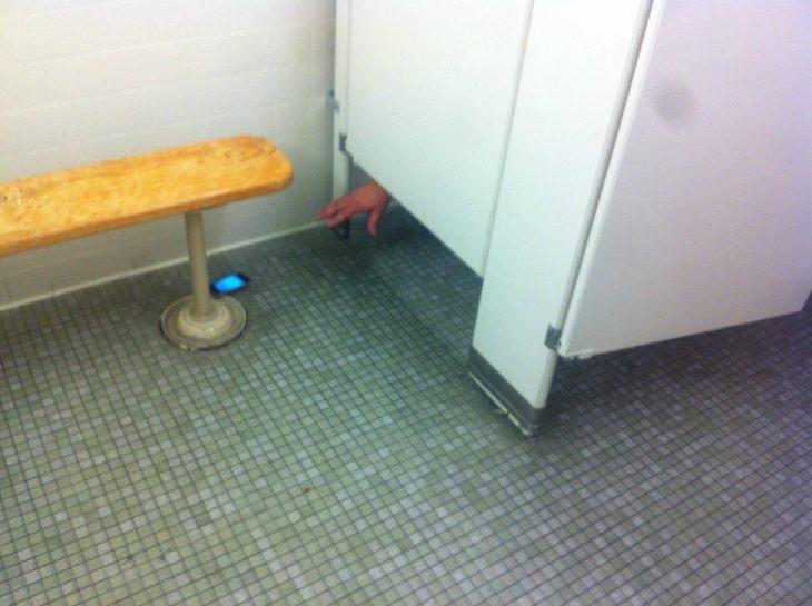 Celular en el baño