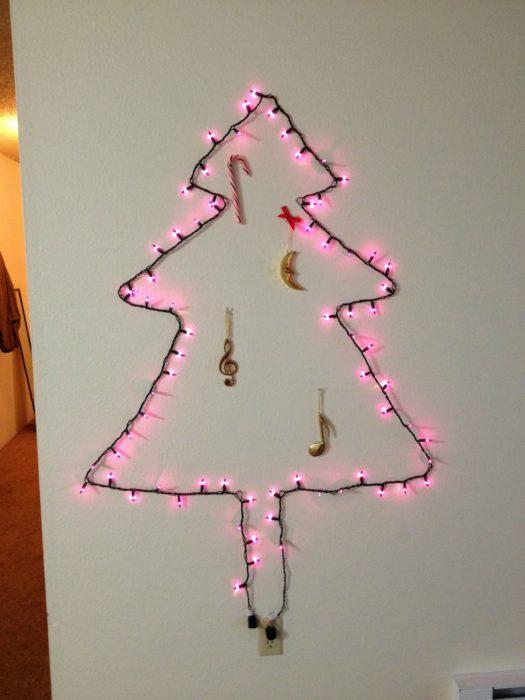 Decoraciones navideñas para flojos - Luces en la pared formando la figura del árbol