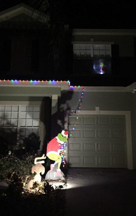 Decoraciones navideñas para flojos - Grinch robándose las luces