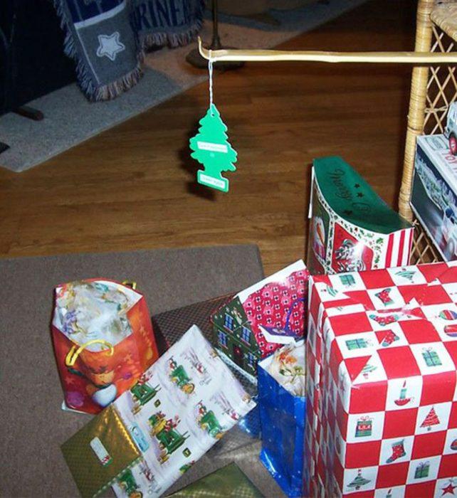 Aromatizante de pino y abajo los regalos