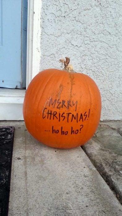 Calabaza de Halloween que dice Feliz Navidad