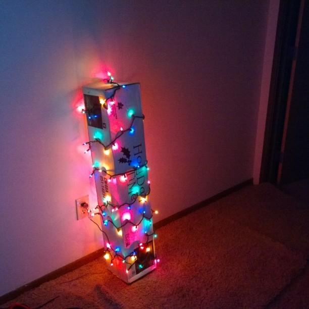 Arbol navideño en caja y con luces navideñas