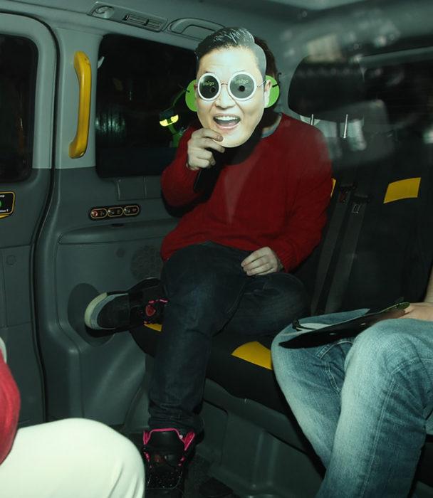 ed sheran usa una máscara de psy