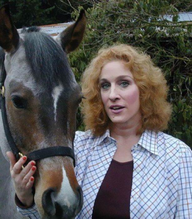 Cómo lucirían los famosos si fueran personas normales - Sarah Jessica Parker con un caballo