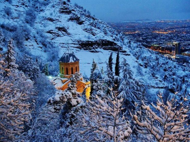 Lugar encendido en medio de la nieve