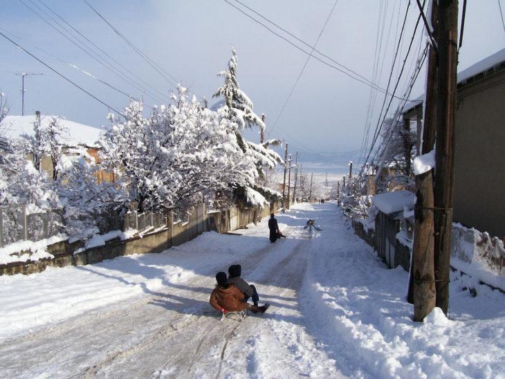 Personas jugando en la nieve