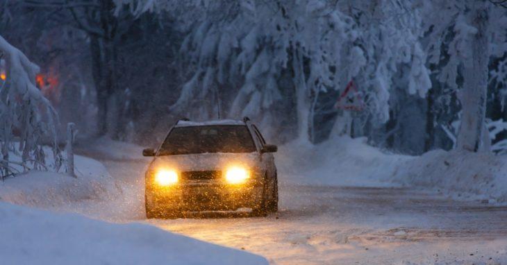 Carro en medio de un camino nevado