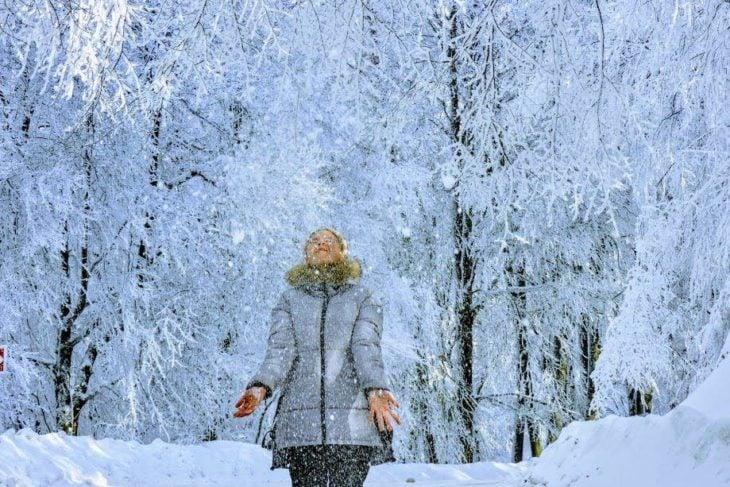 Mujer jugando con la nieve