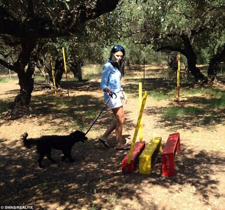 Georgia paseando a su perrita Pimienta