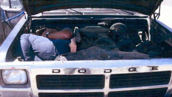 personas escondida en el motor de la camioneta