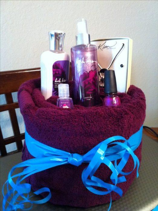 Toalla y perfumes y crema y esmaltes