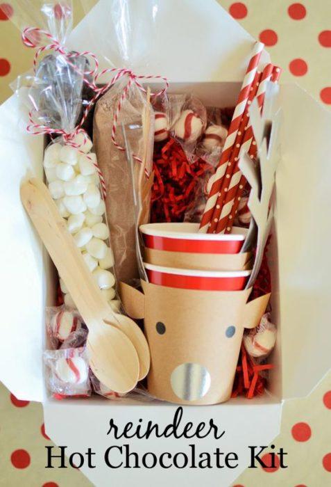 Caja con tazas y cosas pra hacer el café