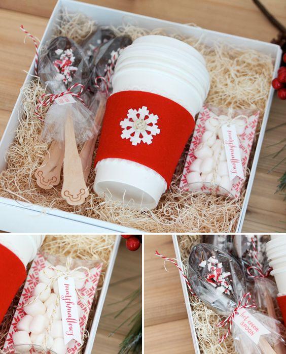 Caja con una taza y cucharas para el café