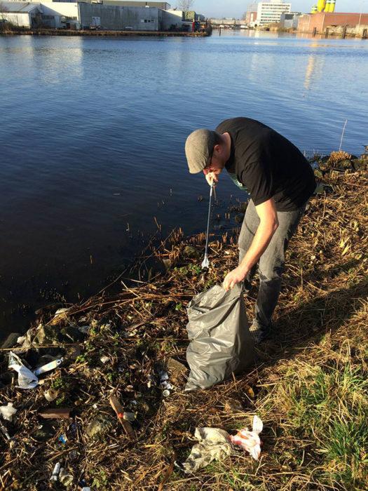 holandes comienza a limpiar rio