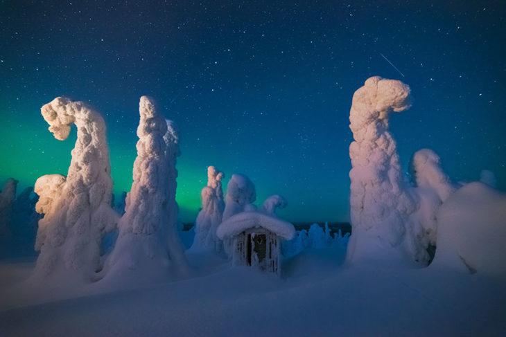 Casa pequeña entre mucha nieve