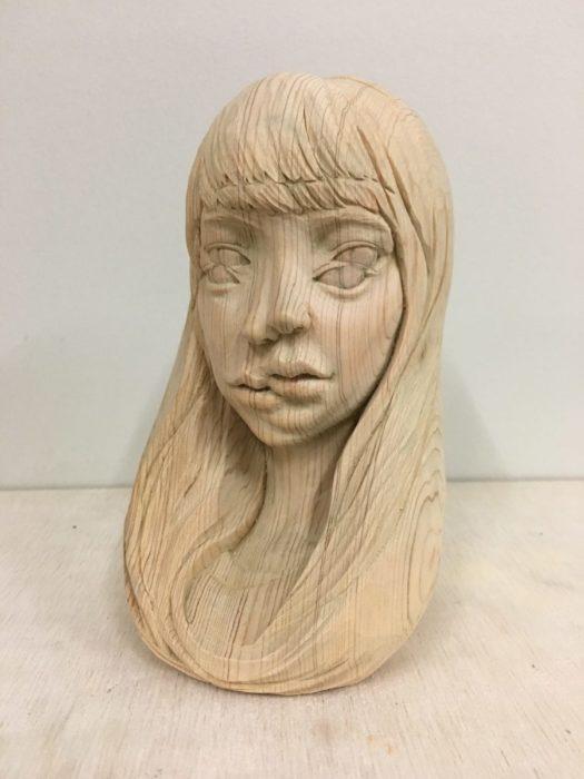 escultura en madera de una mujer