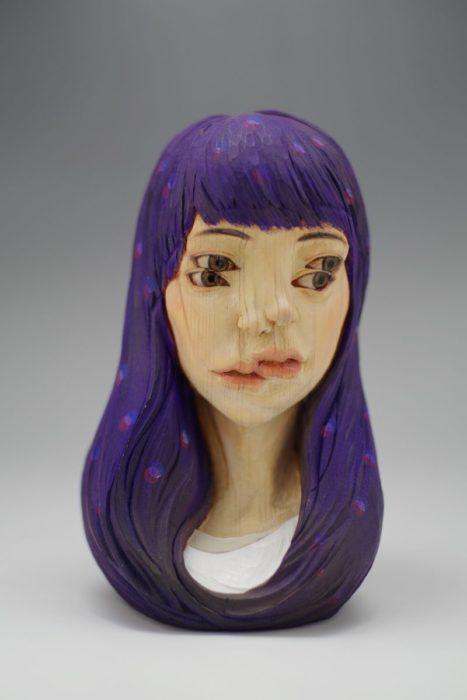 rostro de una mujer en madera