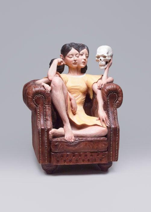 escultura de una mujer sobre el sofá