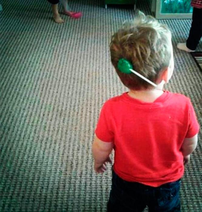 niño con paleta pegada en la cabeza
